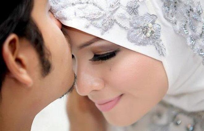 ما حكم مداعبة الزوجة في نهار رمضان وتقبيلها وحضنها