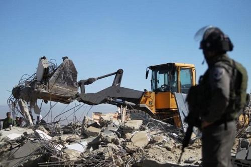 الاحتلال يجبر فلسطينيًا على هدم بيته بيده