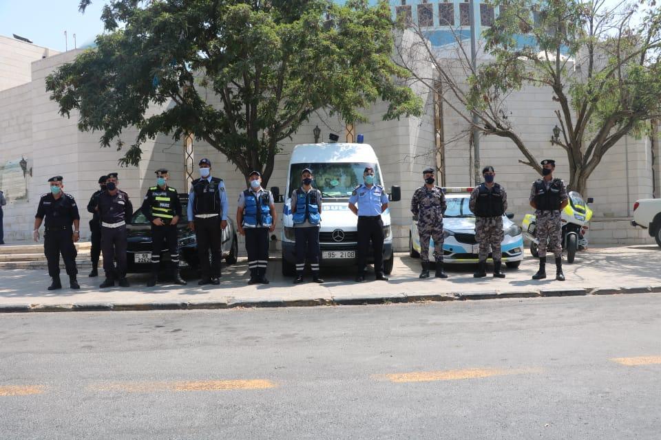 الأمن يوزع الكمامات والمعقمات على المصلين.. صور