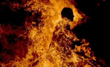 شاب يشعل النار بنفسه والسبب عشيقته - تفاصيل