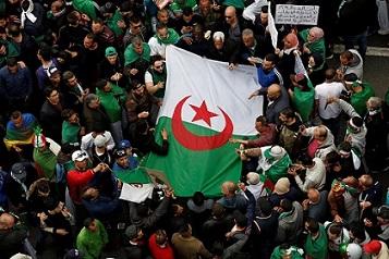 الجزائريون يحيون ذكرى ثورتهم