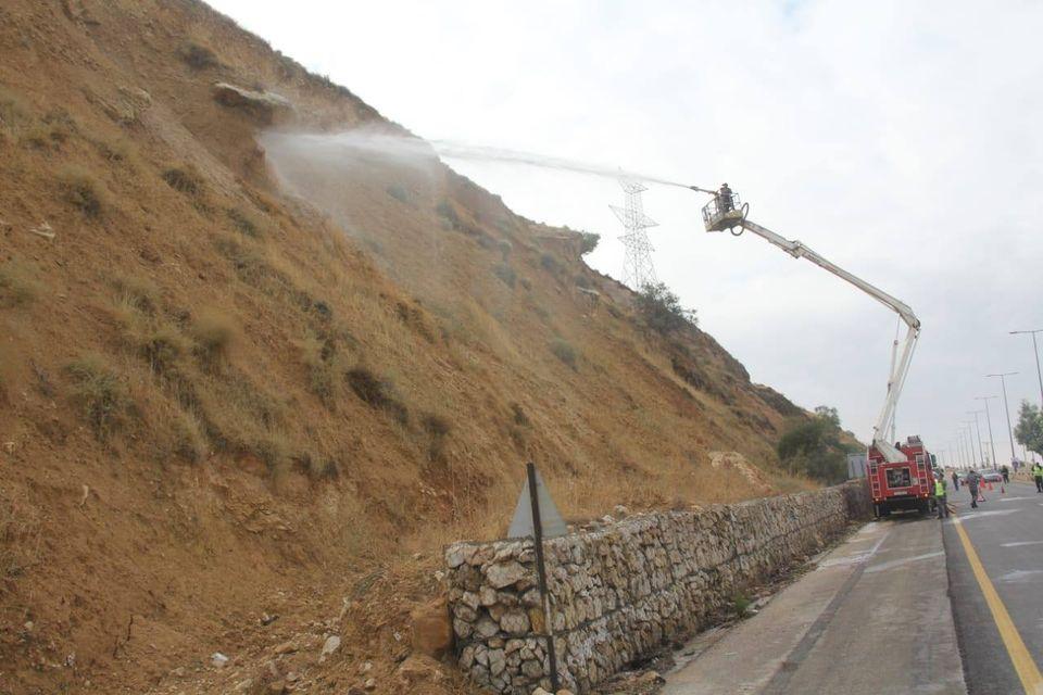 شاهد.. إزالة صخرة كبيرة كانت تشكل خطورة على طريق اربد - عمان