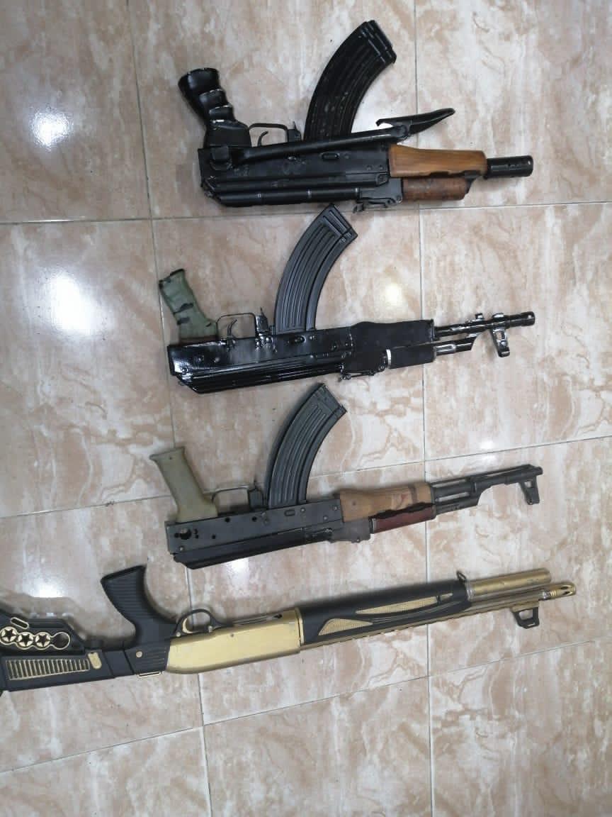 ضبط 3 اسلحة نارية اوتوماتيكية ظهر اصحابها بفيديوهات