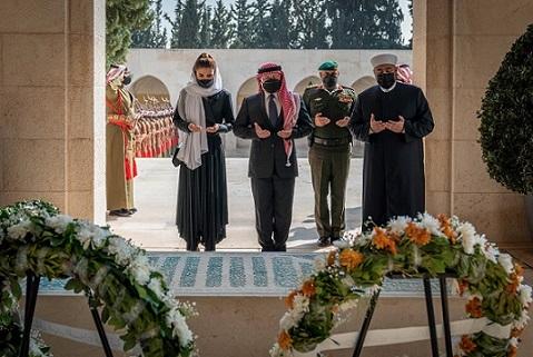 الملك والملكة وولي العهد يزورون ضريح الملك الحسين .. صور