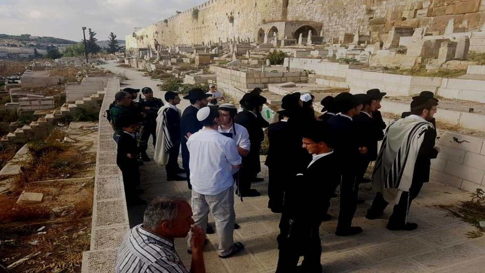 مستوطنون يقتحمون مقبرة باب الرحمة