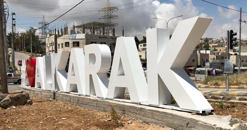 بلدية الكرك تنير عددا من المقابر في المناطق التابعة لها