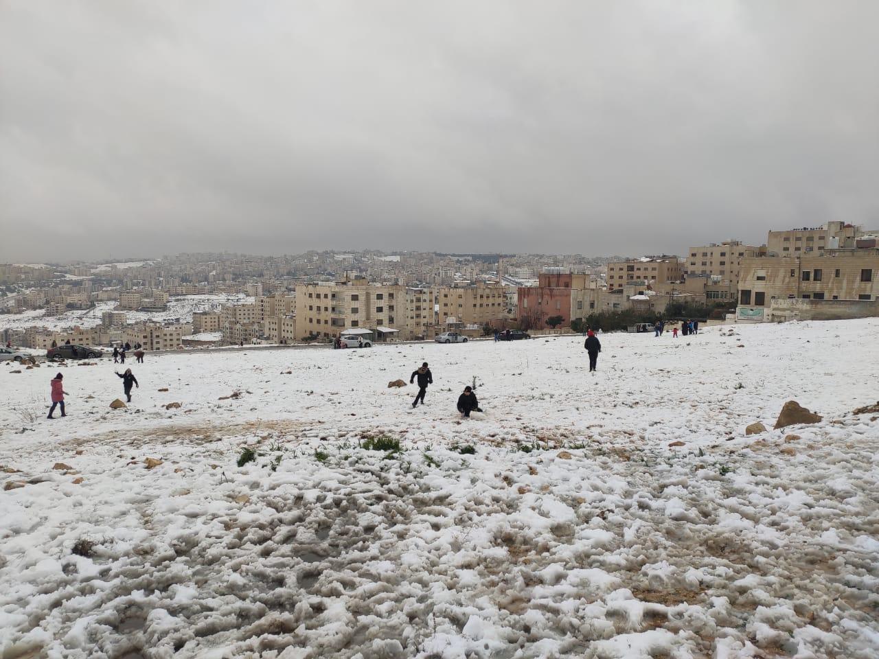 شاهد فرحة الأردنيين بالثلوج.. صور وفيديوهات