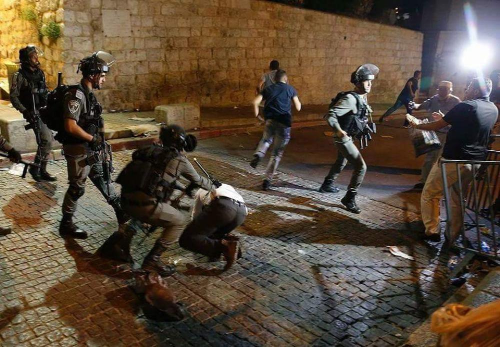 الاحتلال يعتدي على مصلين في باب العامود