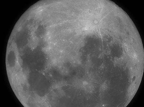 القمر العملاق يزين سماء المملكة .. الاثنين