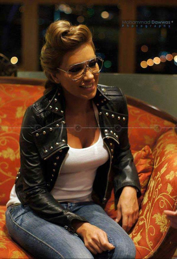 """585cac6ad ... مايا دياب بإطلالة قديمة/جديدة،فرأيناها ترتدي النظارات التي تعرف  بالتلميذ الذكي من دون عدسات، فيما خرجت هيفاء وهبي بمظهر جديد في كليبها """"يا  ما ليالي"""" حيث ..."""